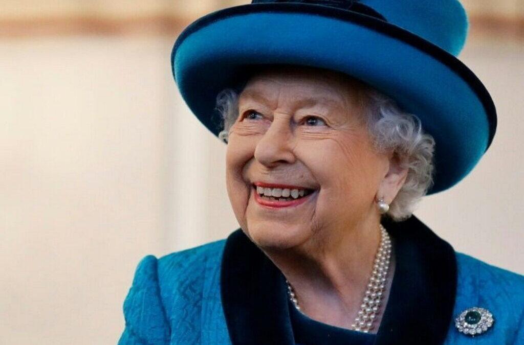 Rainha Isabel II encoraja pessoas a tomar a vacina